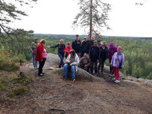 Kuva ihmisistä metsäretkellä Haukkavuorella.