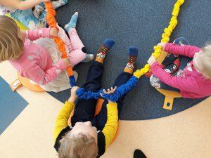 Kuva leikkivistä lapsista.